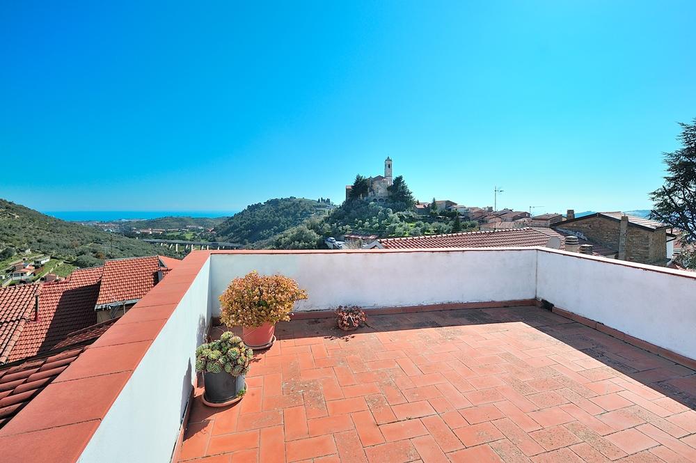 Vendesi casa di paese di ampia metratura in centro di Castellaro, circa 6 km dalla costa!