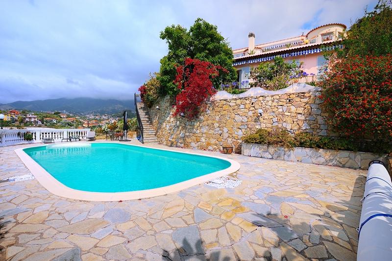 Vendesi villa signorile con piscina in mezzo al verde a Sanremo