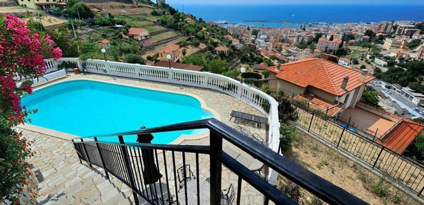 Till salu en exklusiv egendom; en charmig villa med dependance och fantastisk havsutsikt!