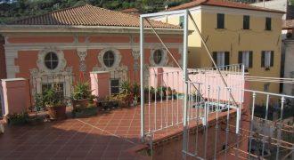 Vendesi duplex con due spaziosi terrazzi a Taggia