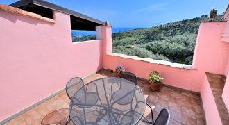 Till salu en trevlig duplex med stor terrass i Lingueglietta