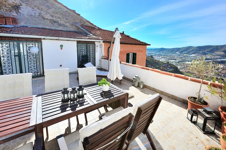 For sale a nice penthouse with large terrace at Castellaro