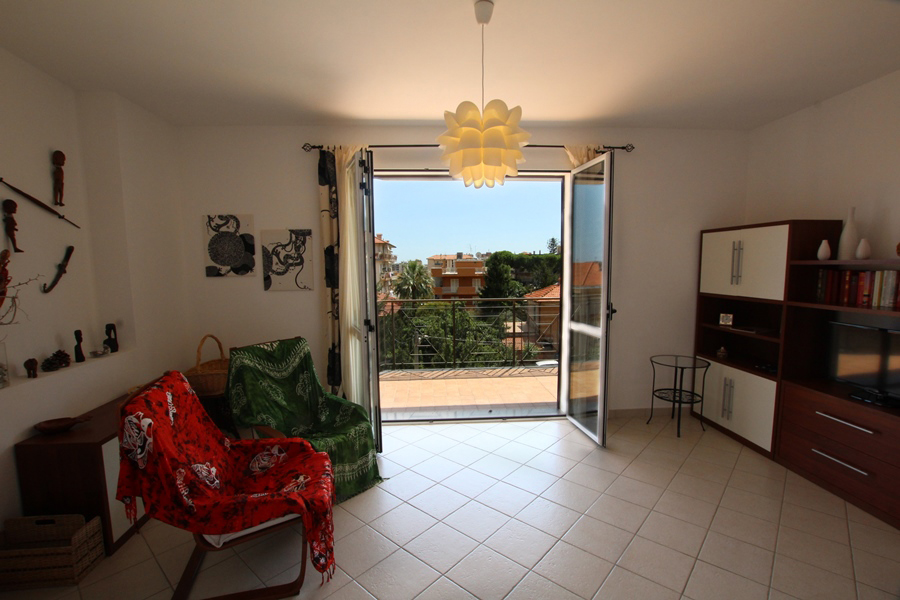 For sale a comfortable apartment with garage and storage in Arma di Taggia