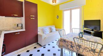 Till salu en bekväm lägenhet på Arma di Taggias strandväg!