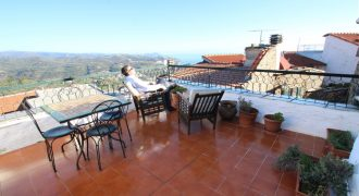 Till salu ett fint byhus med stor terrass
