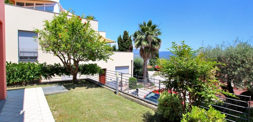 For sale a luxury villa with view over the Gulf of Diano Marina