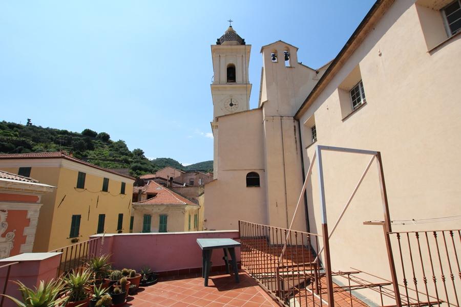 Säljes ett byhus med två rymliga terrasser i Taggia!
