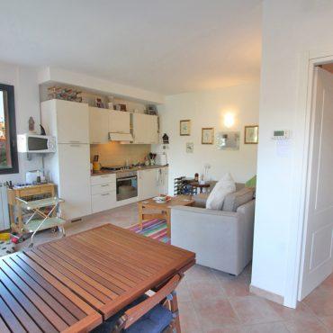 Vendesi alloggio con terrazzo e giardino con jacuzzi in zona Castellaro Golf