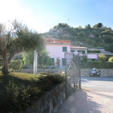 For sale a nice two rooms with garden and hot tub in Castellaro Golf