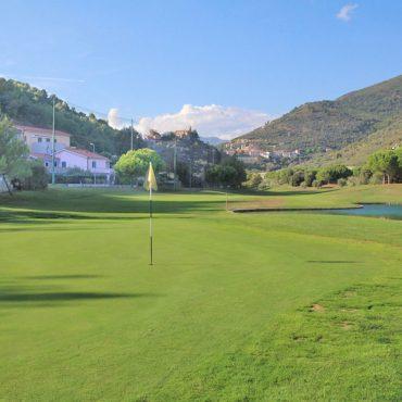 Till salu en tvårumslägenhet med terrass, trädgård och jacuzzi i området Castellaro Golf