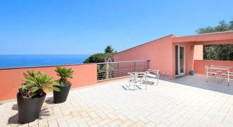 Till salu en fullt möblerad tvåplansvilla med spektakulär utsikt över Diano-bukten!