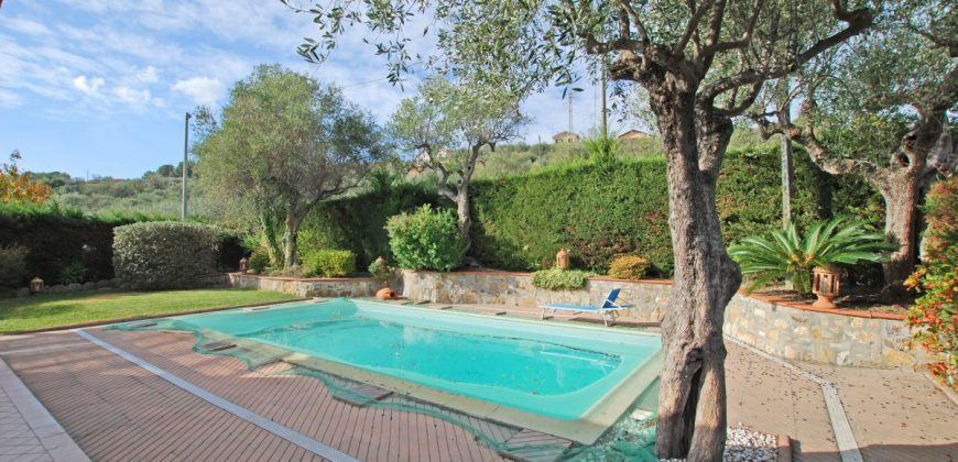 For sale a two family villa with garden and pool near Imperia!