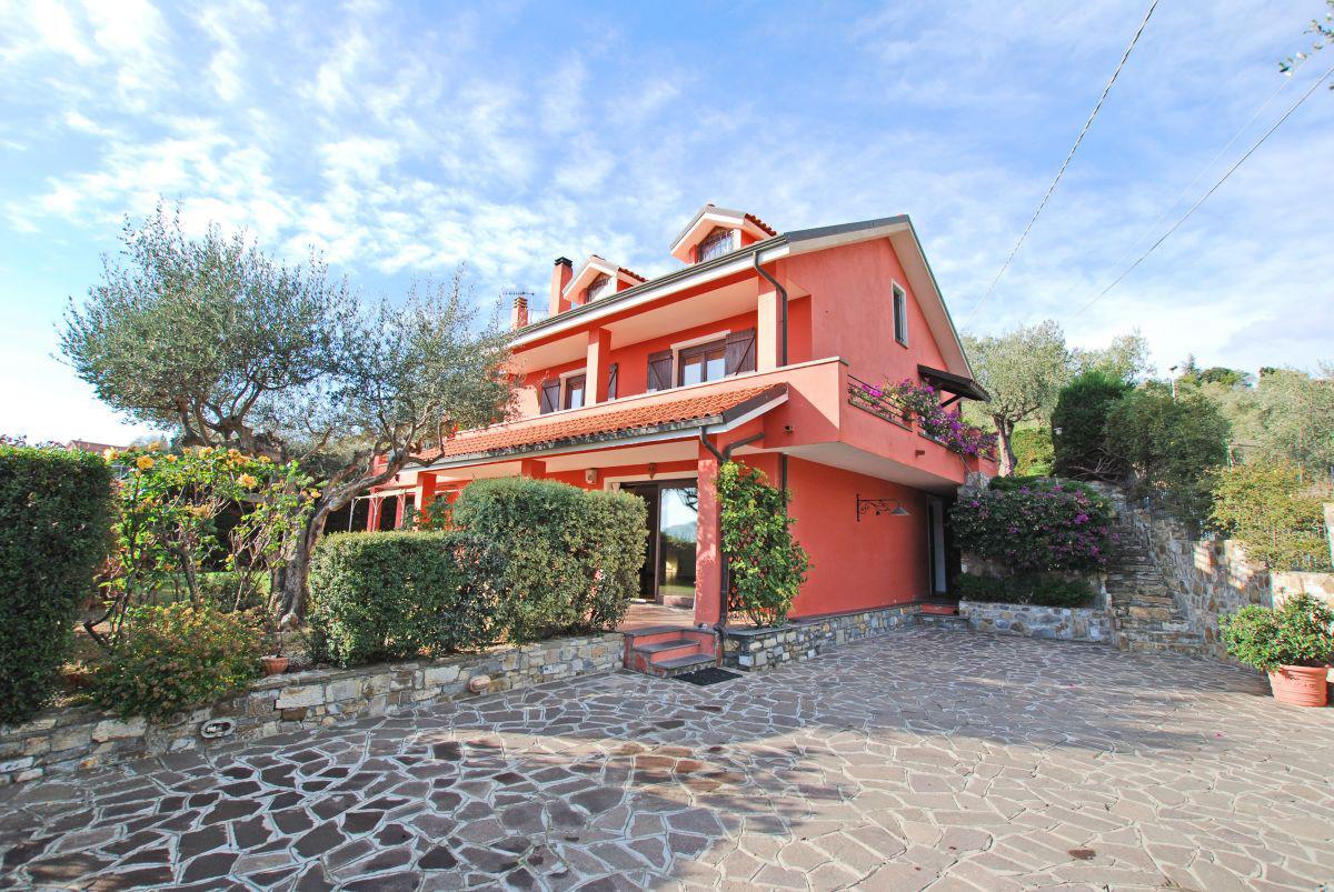 Till salu ett tvåfamiljshus med pool nära staden Imperia!
