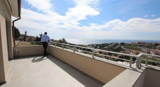 Till salu en ny takvåning med stora uteplatser och pool