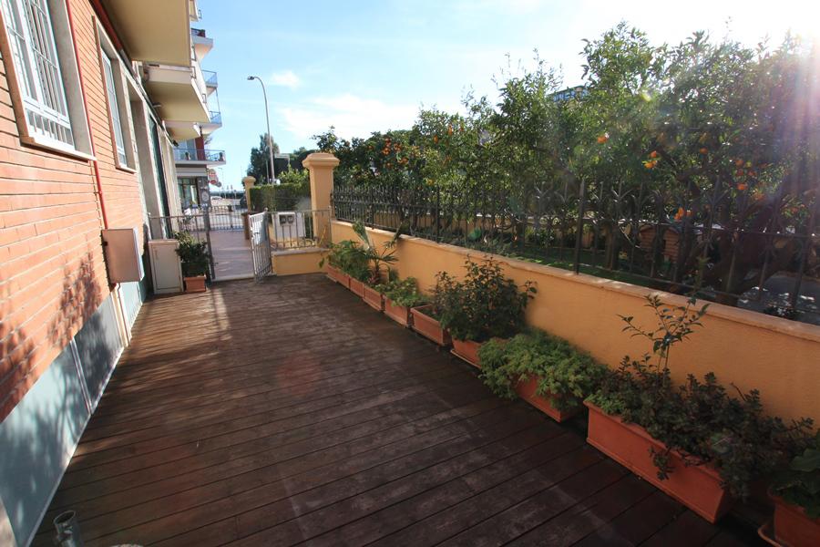 Till salu en renoverad och möblerad två rum och kök med terrass i centrum