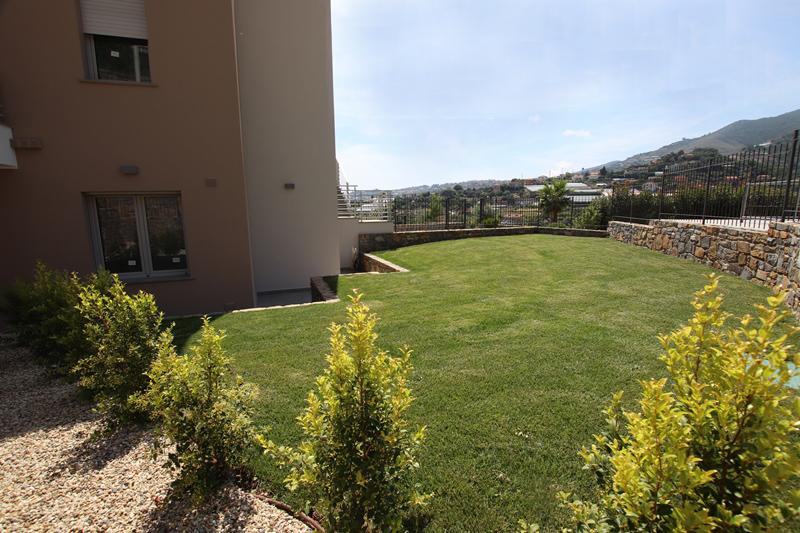 Vendesi nuovo bilocale con giardini e piscina