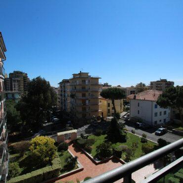 Till salu en trevlig lägenhet med tre uteplatser i centrum!