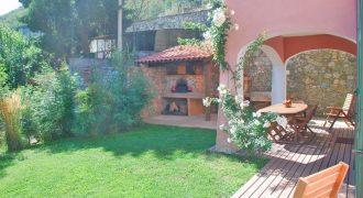 Till salu en rymlig villa norr om den berömda badorten Varigotti!