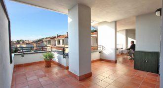 Till salu en ljus takvåning i centrala Arma di Taggia