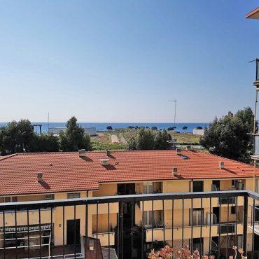 Till salu en rymlig lägenhet med havsutsikt!