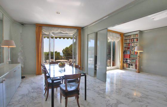 Till salu en trevlig och stor lägenhet nära stranden
