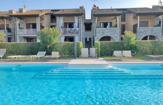 Säljes en duplex i toppskick med  pool
