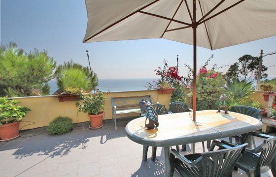 Till salu en lägenhet med stor terrass och gudomlig havsutsikt!