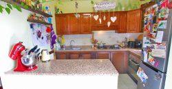 Säljes en lägenhet med trädgård och garage