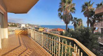 Vendesi appartamento con ampio terrazzo, posto auto e cantina!